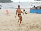 José Loreto joga futevôlei no Rio e mostra corpão sarado