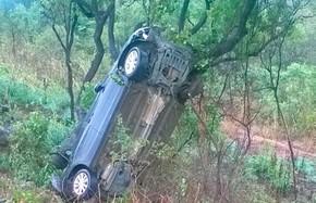 Carro capotou e caiu em ribanceira na BR-242, em Barreiras (Foto: Edivaldo Braga/ BlogBraga)