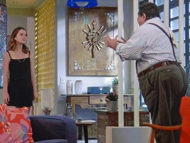 Laura deixa o avô preocupado com novo plano (Foto: TV Globo)
