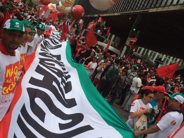 Faixa em defesa da democracia durante manifestação na Avenida Paulista (Foto: Karina Godoy/G1)