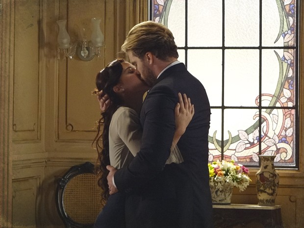 Laura e Edgar tascam beijão apaixonado (Foto: Lado a Lado/TV Globo)