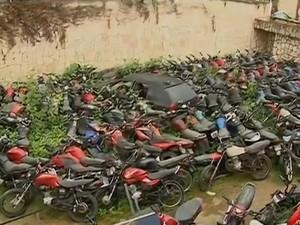 Veículos apreendidos são amontoados em terreno ao lado de delegacia de Santa Cruz do Capibaribe, no Agreste de Pernambuco (Foto: Reprodução/ TV Asa Branca)