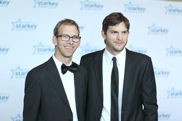 Michael Kucker e Ashton Kutcher (Foto: Getty Images)