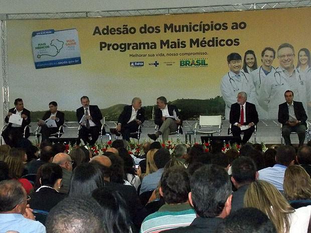 Alexandre Padilha conversa com Jaques Wagner em apresentação do Programa Mais Médicos em Salvador, Bahia (Foto: Lílian Marques/ G1)