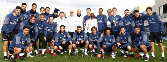 BLOG: Craques do Real levam troféus da Fifa ao treino e posam com Cristiano Ronaldo