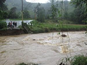 Ponte foi destruída pela chuva em Duque de Caxias da madrugada desta segunda-feira (18) (Foto: Alba Valéria Mendonça / G1)