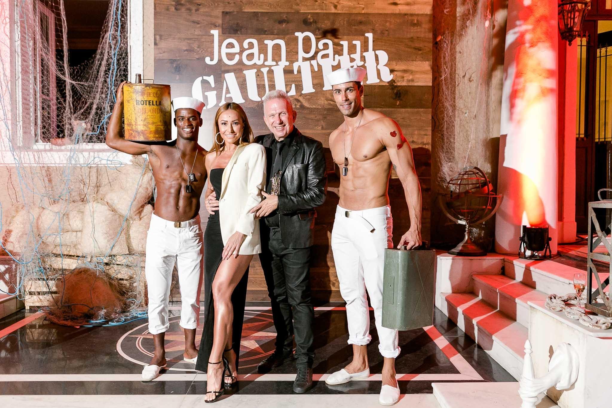 Spectaculaire Party: a festa em torno de Jean Paul Gaultier no Rio de Janeiro. Aqui o estilista com Sabrin a Sato (Foto: Bruno Ryfer/Divulgação )