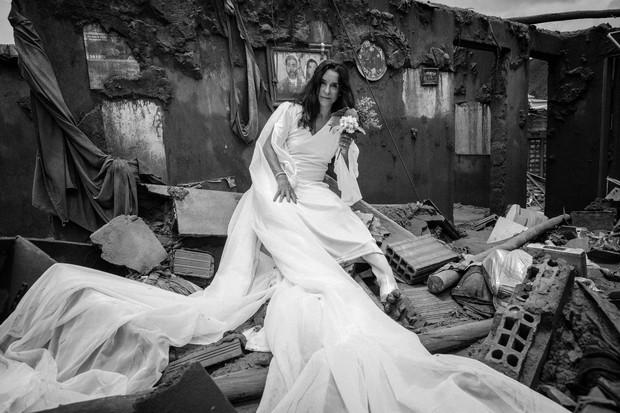 Lucélia Santos no que sobrou do desastre de Mariana em A Serpente (Foto: Divulgação)