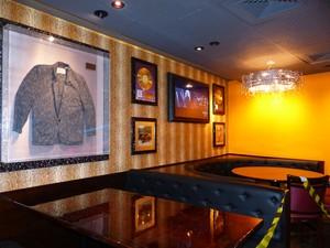 Espaço dedicado aos Rolling Stones tem casaco usado pelo guitarrista Keith Richards (Foto: Samuel Nunes/G1)