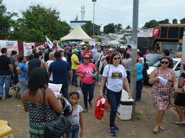 Servidores se reuniram na Praça da Estrada de Ferro Madeira Mamoré, para realizar passeata contr a PEC do teton de gastos em Rondônia (Foto: Hosana Morais/G1)