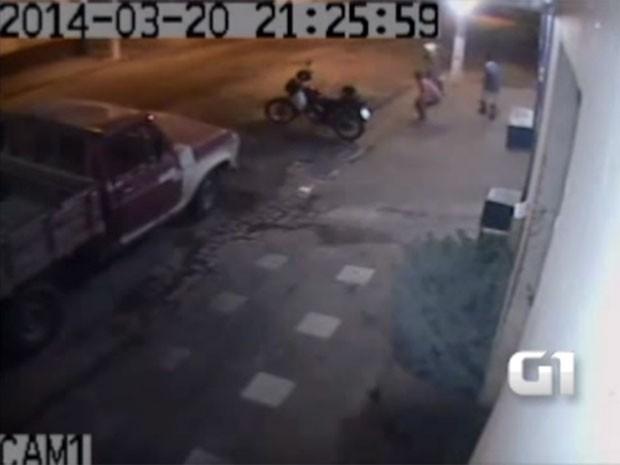 Imagens divulgadas devem ajudar a polícia a localizar os suspeitos (Foto: Reprodução/Câmera de segurança)