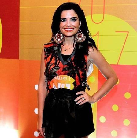 A atriz Vanessa Giácomo curtiu noite de Carnaval no Sambódromo do Rio (Foto: Jornal Extra)