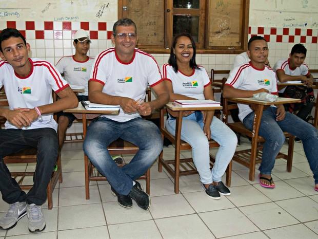Família estuda na mesma classe em programa de ensino em Rio Branco (Foto: Iryá Rodrigues/G1)