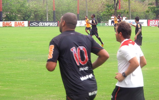 Adriano correndo ao lado do treino do Flamengo (Foto: Janir Júnior / Globoesporte.com)