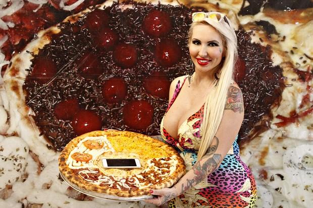 Sabrina Boing Boing e a cara pizza com celular (Foto: Celso Tavares/EGO)