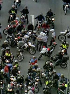 Um dos manifestantes foi retirado do grupo pela PM durante bloqueio na Marginal Pinheiros (Foto: Reprodução/ TV Globo)