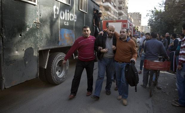 Apoiador da Irmandade Muçulmana é preso em protesto no Egito nesta sexta-feira (27)  (Foto: Khaled Desouki/AFP)