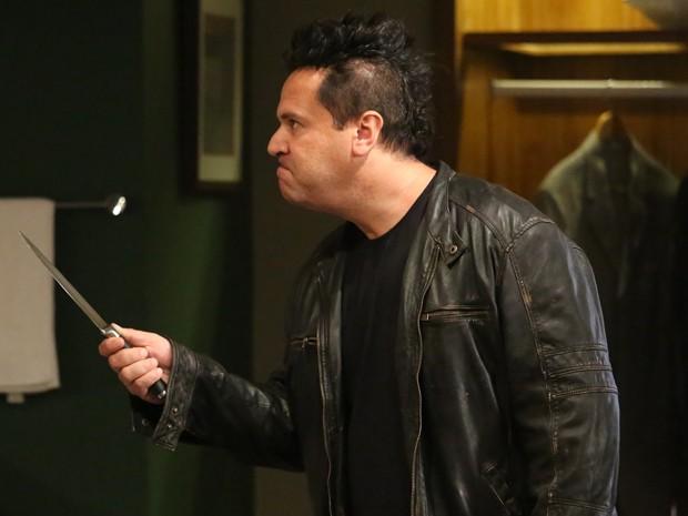 Felipe invade banheiro masculino com uma faca (Foto: Carol Caminha/ Gshow)