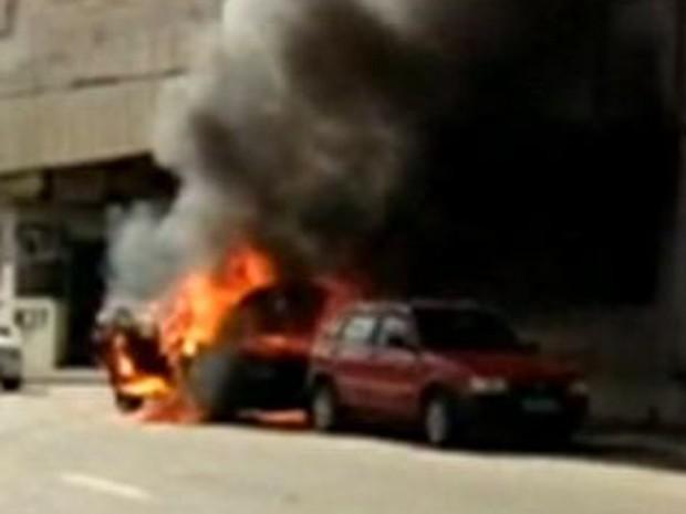 Vídeo gravado por Neumir Goeze mostra o veículo já em chamas no bairro São Silvano (Foto: Neumir Goeze/ VC no ESTV)