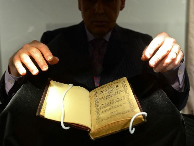 Bay psalm book vendido por 14 milhões de dólares (Foto: Emmanuel Dinand/ AFP)