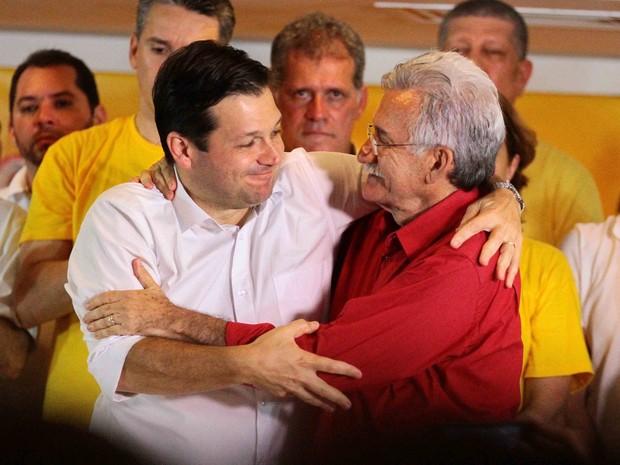 Prefeito reeleito do Recife, Geraraldo Julio (PSB) agradeceu o apoio do vice, Luciano Siqueira (PCdoB) [de vermelho] (Foto: Marlon Costa/Pernambuco Press)