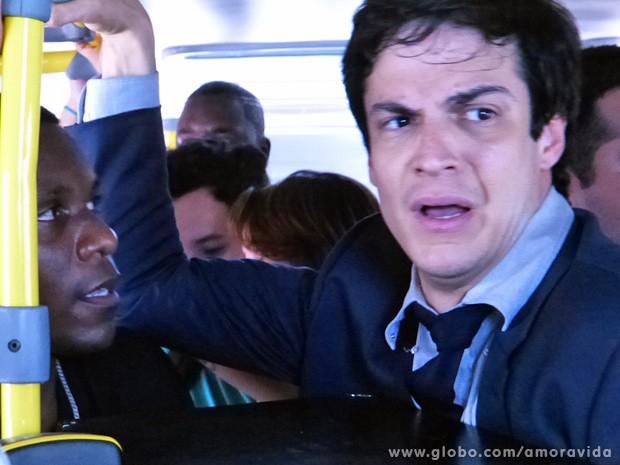 """Félix pega o ônibus na hora do rush: """"É o Apocalipse!' (Foto: Amor à Vida / TV Globo)"""