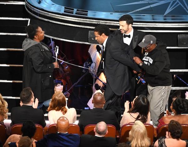 Denzel Washington faz a cerimônia de casamento dos turistas presentes no Oscar 2017 (Foto: Getty Images)