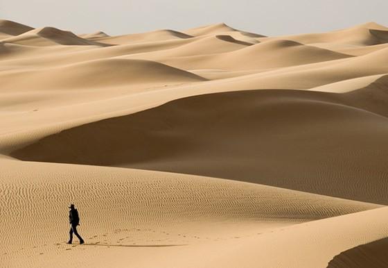 Caminhar pelas dunas é como uma meditação em movimento; deserto de Akakus, sul da Líbia (Foto: © Haroldo Castro/ÉPOCA)