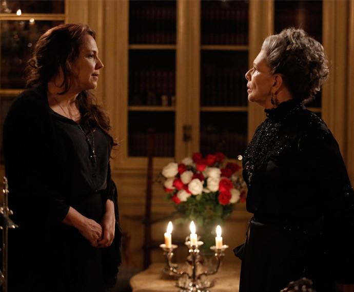 Emília e Vitória discutem durante jantar (Foto: TV Globo)