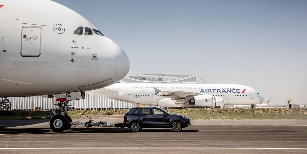 [Internacional] Carro 'reboca' maior avião de passageiros e entra para o livro dos recordes 737878-cayenne-s-diesel-air-france-a-380-paris-charles-de-gaulle-airport-2017-porsche-ag