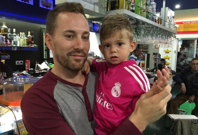Pai e filho, torcedores do Real Madrid, na Peña Madridista (Foto: Ivan Raupp)