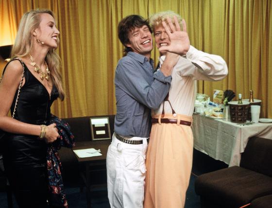 Bowie com o amigo Mick Jagger,acompanhado da então esposa ,Jerry Hall.Talento demais em uma só imagem (Foto:  Denis O'Regan)
