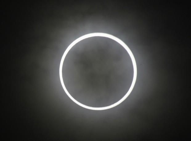 O fenômeno, quando a lua e o sol se alinham com a Terra, visto a partir da escola Hirai Daini em Tóquio (Foto: Issei Kato / Reuters)
