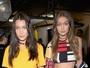 Bella Hadid e Gigi Hadid mostram barrigas chapadas em desfile