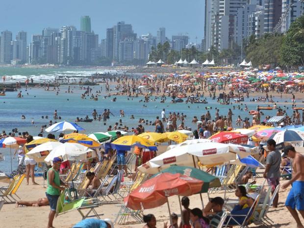 Movimento na praia de Boa Viagem, na Zona Sul do Recife (PE), lotada no feriado da Proclamação da República (Foto: Chico Peixoto/LeiaJáImagens/Estadão Conteúdo)
