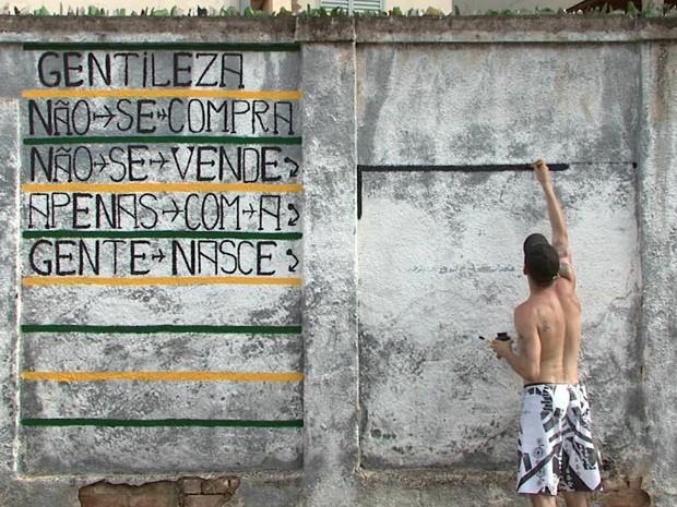 Artista plástico se inspirou no 'profeta Gentileza' para grafitar (Foto: Carlos Cazelato / EPTV)