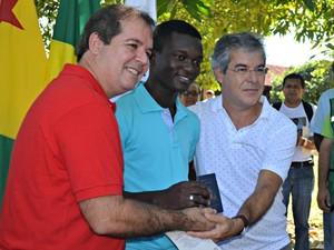Em solenidade neste sábado (7), governador do Acre Tião Viana e senador Jorge Viana entregaram o passaporte ao haitiano (Foto: Caio Fulgêncio/G1)