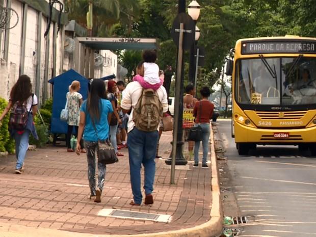 Ônibus de Paulínia pega passageiros (Foto: Reprodução EPTV)
