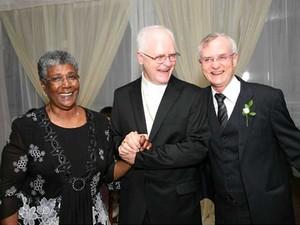 Dom Odilo Scherer com o irmão Paulino Scherer (direita) após a celebração do casamento. (Foto: Daniel Brasil)