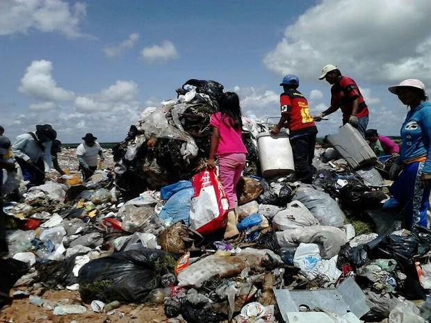 Crianças disputam material reciclável com adultos no aterro sanitário (Foto: Laudinei Sampaio)