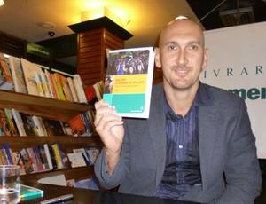 Nalbert mostra livro sobre sua trajetória (Foto: Alexandre Sattamini)