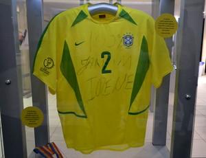 Camisa da seleção brasileira usada na Copa do Mundo, em 2002 (Foto: Jocaff Souza)