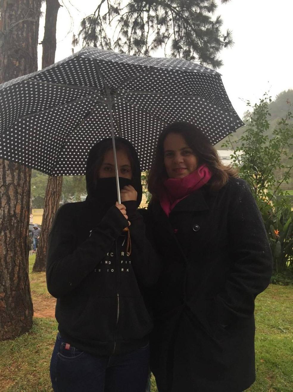 Filha e mãe vieram do Rio para passear em Petrópolis e além do  frio, enfrentaram a chuva (Foto: Aline Rickly | G1)