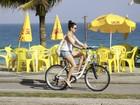 Isis Valverde aproveita dia de sol com o namorado na praia