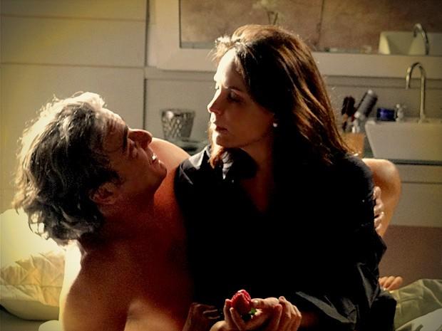 Galanteador, Cadinho pede Alexia em casamento (Foto: Avenida Brasil / TV Globo)