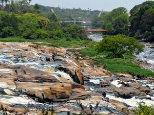 Pedras do fundo do Rio Piracicaba aparentes nesta terça-feira (7) (Foto: Leon Botão/G1)