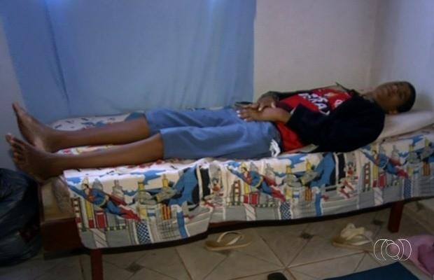 Gabriel já não cabe mais na cama em que dorme em Luziânia, Goiás (Foto: Reprodução/ TV Anhanguera)
