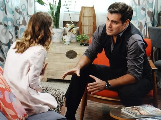 Marcos pede para Laura fugir com ele (Foto: TV Globo)