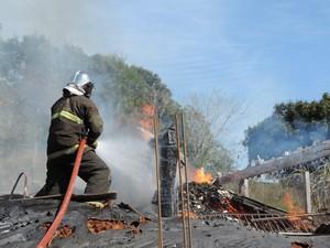 Bombeiros fizeram rescaldo no local (Foto: Alex Pacheco/Atual FM)