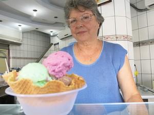 Dona Maria e o marido abriram a sorveteria (Foto: Mariane Rossi/G1)